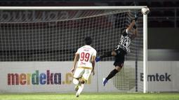 Angka itu lebih baik dari kiper Persija, Andritany Ardhiyasa, yang hanya melakukan sekali penyelamatan. Sebelumnya, kedua tim juga bermain dengan skor kacamata 0-0 pada leg pertama. (Foto: Bola.com/Ikhwan Yanuar)
