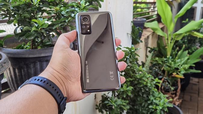 Bodi belakang Xiaomi Mi 10T Pro. (Liputan6.com/Agustinus M. Damar)
