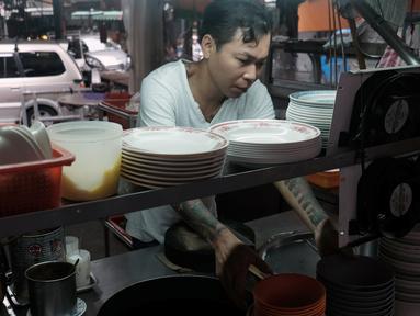 Mantan gangster Taiwan, Yen Wei-shun menjalani bisnis berjualan mi untuk yang membutuhkan di pasar tradisional New Taipei City, 4 September 2018. Ingin menjalani hidup yang lebih baik, Yen memilih banting setir dan meninggalkan dunia hitam. (SAM YEH/AFP)