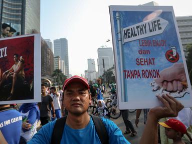 Sejumlah aktivis menggelar aksi peringati Hari Tanpa Tembakau saat CFD di Bundaran HI, Jakarta, Minggu (31/5/2015). Hari Tanpa Tembakau Sedunia diperingati di seluruh dunia setiap tahun pada tanggal 31 Mei. (Liputan6.com/Faizal Fanani)