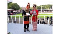 Betugas sebagai pembawa acara pada perayaan HUT ke-72 RI, Isyana Bagoes Oka tampil menawan dalam balutan busana adat khas Bali.