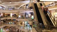 Pengunjung turun menggunakan eskalator di Lippo Mall Kemang, Jakarta, Jumat (2/7/2021). Menjelang PPKM Darurat Jawa-Bali yang berlaku mulai tanggal 3 - 20 Juli 2021, pusat perbelanjaan akan menutup operasional gedung. (Liputan6.com/Angga Yuniar)