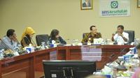 Pertemuan Menteri Sosial Idrus Marham dengan Dirut BPJS Kesehatan Fachmi Idris (Sumber: Humas BPJS Kesehatan)