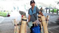 Zahroni, penjual air nira di bawah jembatan Flyover Semanggi (dok Liputan6.com/Ossid Duha Jussas Salma)
