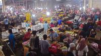 Aktivitas transaksi di area dagang kue subuh di Pasar Senen