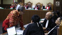 Terdakwa dugaan korupsi E-KTP, Made Oka Masagung dan Irvanto Hendra Pambudi Cahyo saat menjalani sidang tuntutan di Pengadilan Tipikor, Jakarta, Selasa (6/11). Keduanya dituntut 12 tahun penjara oleh JPU KPK. (Liputan6.com/Helmi Fithriansyah)