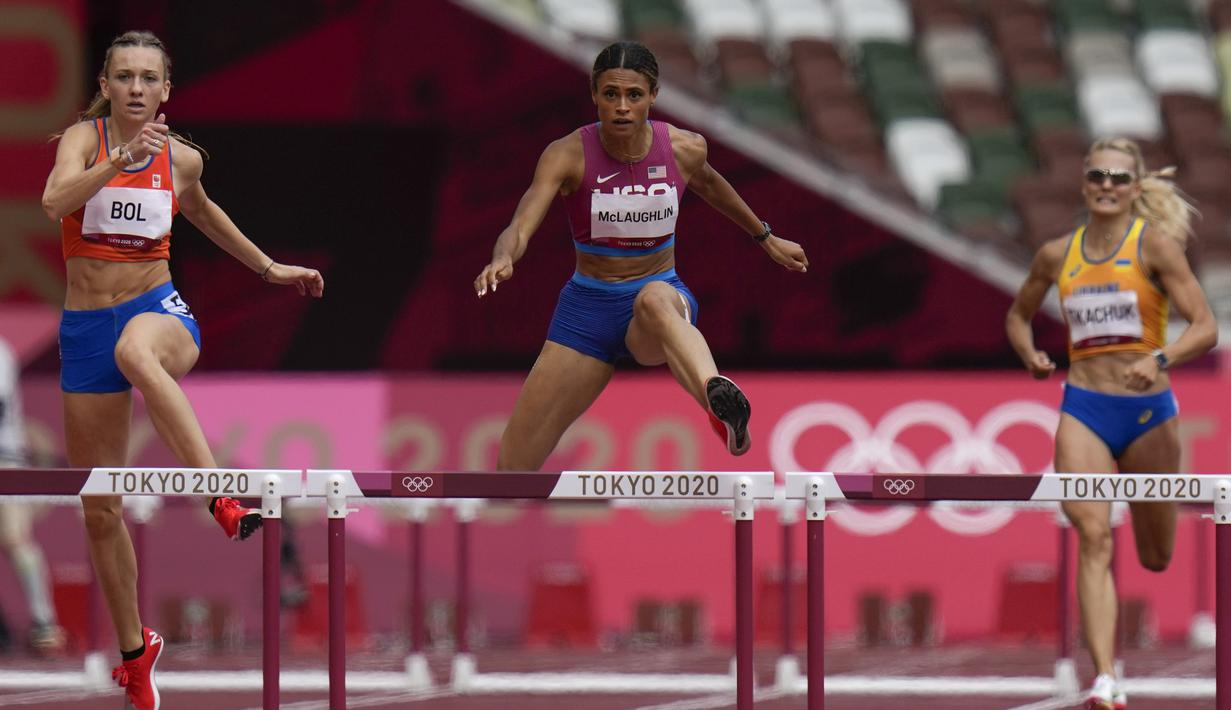 Pelari gawang Amerika Serikat Sydney McLaughlin (tengah) saat bertanding pada final lari gawang 400 meter putri Olimpiade Tokyo 2020 di Tokyo, Jepang, Rabu (4/8/2021). McLaughlin memecahkan rekor dunia sekaligus meraih medali emas di Olimpiade Tokyo 2020. (AP Photo/Petr David Josek)