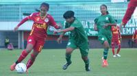 Aksi pemain Tira Putri, Safira Ika Putri Kartini (merah) mencoba melepaskan diri dari kawalan pemain PSS Sleman dalam laga di Stadion Maguwoharjo, Sabtu (5/10/2019). (Bola.com/Vincentius Atmaja)