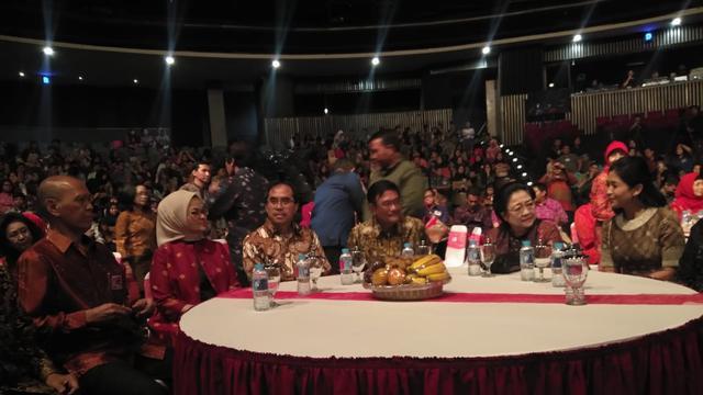 Presiden ke-5 RI Megawati Soekarnoputri menerima penghargaan Bhakti Teratai Putra Indonesia.