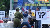 Seorang warga diamankan petugas akibat membuat keributan dikarenakan tidak bisa mengikuti pencoblosan karena tidak membawa undangan dalam simulasi pengamanan TPS di Mapolda Metro Jaya (Liputan6.com/Andrian M. Tunay)