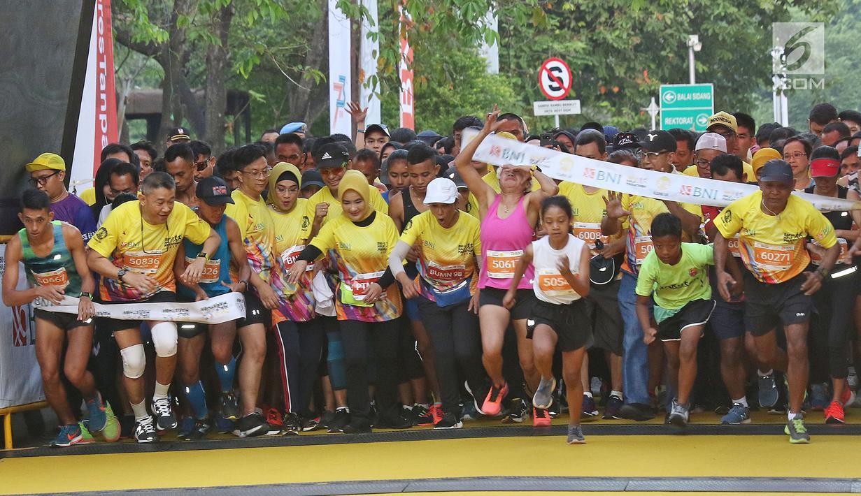 Peserta mengikuti acara BNI-UI Half Marathon 2019 di Kampus Universitas Indonesia, Depok, Jawa Barat, Minggu (7/7/2019). BNI UI Half Marathon 2019 yang diikuti 4800 peserta dengan kategori 5K, 10K, dan 21K (half marathon) diselenggarakan dalam rangka HUT ke-73 BNI. (Liputan6.com/Herman Zakharia)