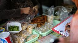 Petugas BPOM memeriksa sejumlah jajanan saat sidak makanan di SDN 15 Rawamangun, Jakarta, Senin (13/4/2015). Sidak tersebut untuk mengawasi peredaran makanan serta sosialisasi terhadap bahaya makanan mengandung formalin. (Liutan6.com/Faizal Fanani)