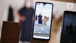 Deretan ponsel melakukan siaran langsung secara streaming saat peragaan busana rancangan Audrey Theola bertema Wonder Woman di Jakarta, Sabtu (24/10/2020). Fashion show virtual menjadi salah satu siasat yang dilakukan pelaku industri mode ketika peragaan busana. (Liputan6.com/Faizal Fanani)