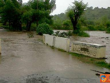 Citizen6, Kilo: Banjir di jalan Kore-Kiwu, Kecamatan Kilo, Kabupaten Dompu Nusa Tenggara, telah meluap sampai kebadan ruas jalan. (Pengirim: Aji)