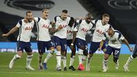 Para pemain Tottenham merayakan kemenangan pada pertandingan babak keempat Piala Liga Inggris antara Tottenham Hotspur dan Chelsea di Stadion Tottenham Hotspur di London, Inggris, Selasa, 29 September 2020. Tottenham mengalahkan Chelsea 5-4 melalui adu pe