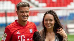 Pemain baru Bayern Munchen Philippe Coutinho (kiri) berpose bersama istrinya Aina Coutinho saat presentasi di Munich, Jerman, Senin (19/8/2019). Pemain asal Barcelona tersebut dipinjam Bayern Munchen selama satu musim. (Peter Kneffel/dpa via AP)