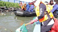 Hari Peduli Sampah Nasional di bibir pantai Manado, Kompleks Megamas. (Liputan6.com/Yoseph Ikanubun)