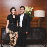 Terlihat lebih kompak dengan pasangan saat memakai outfit couple goals ini. (Sumber foto: therealdisastr/instagram)