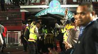 Pemain Timnas Malaysia U-19 mendapat perlindungan aparat keamanan saat menuju ruang ganti Stadion Gelora Delta, Sidoarjo, seusai semifinal kontra Indonesia di semifinal Piala AFF U-19 2018 (12/7/2018). (Bola.com/Aditya Wany)