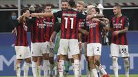 Zlatan Ibrahimovic dari AC Milan membuka tangan untuk memeluk rekan setimnya di penghujung pertandingan sepak bola Serie A antara Inter Milan dan AC Milan di Stadion San Siro, di Milan, Italia, Sabtu, 17 Oktober 2020. Ibrahimovic mencetak kedua gol terseb
