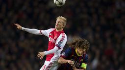 Duel Udara antara Carles Puyol dan Nicolai Boilesen pada Liga Champions Grup H antara Ajax Amsterdam dan FC Barcelona di Amsterdam Arena.(27/11/2013).(AFP/Olaf Kraak)