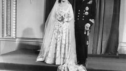 File foto 20 November 1947 memperlihatkan foto pernikahan resmi Putri Elizabeth (calon Ratu Elizabeth II) dan suami barunya Duke of Edinburgh, Philip setelah mereka kembali ke Istana Buckingham usai pernikahan mereka di Westminster Abbey. (AP Photo/File)