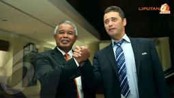 Usai pertemuan, Ketua PSSI, Djohar Arifin (kiri) bersalaman dengan perwakilan FIFA, David Borja yang juga menjabat sebagai Senior Manager Development Programes Asia (Liputan6.com/Helmi Fithriansyah)