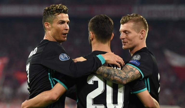 Para pemain Real Madrid merayakan gol ke gawang Bayern Munchen pada leg pertama semifinal Liga Champions, di Allianz Arena, Munchen, Rabu (25/4/2018). (AFP/Christof Stache)