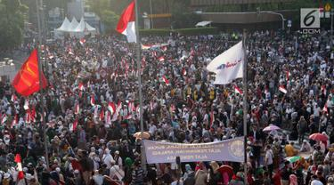 Peserta aksi massa Gerakan Nasional Kedaulatan Rakyat saat melakukan unjuk rasa di depan Gedung Bawaslu, Jakarta, Selasa (21/5/2019). Mereka menolak hasil Pemilu 2019 yang dinilai banyak terdaopat kecurangan. (Liputan6.com/Helmi Fithriansyah)