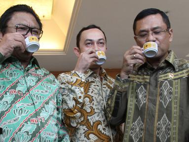 Menperin, Saleh Husin (tengah) bersama Wakil Ketua MPR RI Oesman Sapta Odang (kanan) dan Ketua Umum AEKI Irfan Anwar menikmati Kopi saat menghadiri RUA IX Asosiasi Eksportir dan Industri Kopi Indonesia (AEKI) di Jakarta (10/3). (Liputan6.com/JohanTallo)