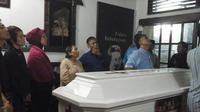 Sahabat, teman, dan murid-murid alm Darmanto Jatman memberi penghormatan terakhir di depan peti jenasah. (foto: Liputan6.com/timur sinar suprabana/edhie)