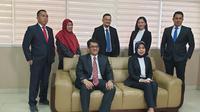 Rektor UBD Palembang Sunda Ariana (kanan bawah) berfoto bersama para wakil rektor baru, salah satunya Presiden Sriwijaya FC Hendri Zainuddin (tengah atas) (Dok. Humas UBD Palembang / Nefri Inge)