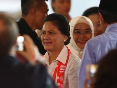 Istri capres nomor urut 01 Joko Widodo atau Jokowi, Iriana Jokowi saat memberi dukungan dalam debat keempat Pilpres 2019 di Hotel Shangri-La, Jakarta, Sabtu (30/3). (Liputan6.com/JohanTallo)