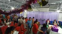 Ibadah malam natal juga dilakukan umat kristiani yang merupakan penyintas bencana gempa dan likuefaksi yang terjadi pada 28 September 2018 di Kabupaten Sigi, Sulteng. (Liputan6.com/Heri Susanto)