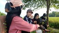 Dhira (20) menikmati sega ndoreng di pinggir sawah Desa Kendaldoyong Kecamatan Wonosalam Demak. Selasa,1/6/2021. (Foto: Liputan6.com/Kusfitria Marstyasih)