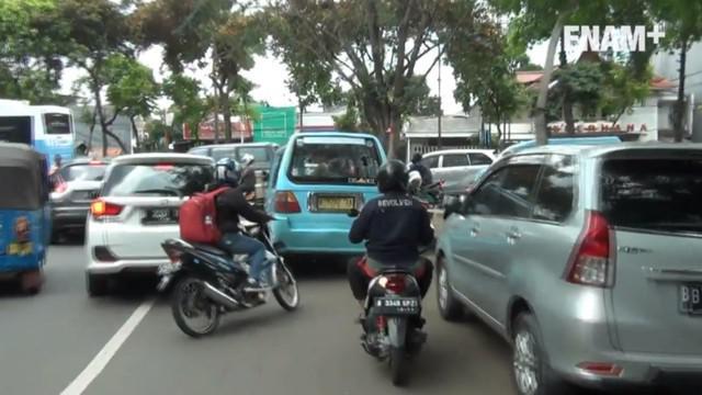 Aksi kejar-kejaran yang berakhir dengan pemukulan dan pengerusakan terjadi antara pengendara motor dan sopir Angkot di Jalan Raya Kawasan Tebet Jakarta Selatan.