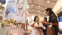 SPG menjelaskan produk kesehatan dan kecantikan dari bahan-bahan alami  saat Trade Expo Indonesia 2018 di ICE BSD, Kamis (25/10). Produk-produk dengan bahan baku alami dan organik sangat diminati pasar internasional saat ini. (Liputan6.com/Angga Yuniar)