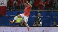 Bintang Timnas Chile, Alexis Sanchez, merayakan gol yang dicetaknya ke gawang Ekuador dalam laga kedua Grup C Copa America 2019, Sabtu (22/6/2019) pagi WIB. Chile menang 2-1 dalam laga tersebut dan memastikan diri melangkah ke perempat final. (AFP/Juan MABROMATA)