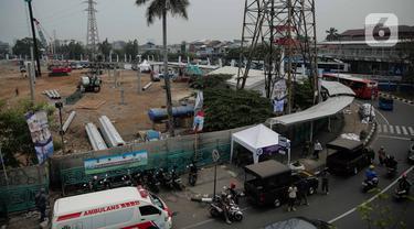 Petugas Satpol PP berjaga di trotoar Jalan Stasiun Senen, Pasar Senen, Jakarta, Rabu (11/12/2019). Pemerintah Kota Jakarta Pusat mengerahkan sekitar 500 petugas tim gabungan untuk menjaga kawasan tersebut agar pedagang kaki lima (PKL) tidak kembali berjualan. (Liputan6.com/Faizal Fanani)