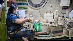 """Peserta pameran membuat tas anyaman dalam acara bertajuk """"Hati Terikat Seni dan Kerajinan, Cara Baru Seni Kerajinan Tangan di bawah Perlindungan Kerajaan"""" di Bangkok, Thailand, Selasa (4/8/2020). Acara ini diadakan di Bangkok dari 1 hingga 5 Agustus. (Xinhua/Zhang Keren)"""
