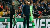 Manajer Chelsea Maurizio Sarri bersiap memainkan kiper Willy Caballero pada final Piala Liga Inggris di Wembley, Minggu (24/2/2019). Akan tetapi, hal itu urung terjadi karena Kepa Arrizabalaga menolak diganti. (AFP/Adrian Dennis)