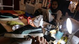 Sebuah sepatu sneaker dibersihkan pada bazar Sneakerpeak Kemang Quatro di Lippo Mall Kemang, Jakarta, Rabu (20/11). Kegiatan yang digelar keempat kalinya berlangsung hingga 25 November 2018. (Liputan6.com/Fery Pradolo)