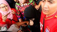 Artis AA mengenakan cadar dan kacamata hitam saat menghadiri Pengadilan Negeri Jakarta Selatan, terkait kasus prostitusi di kalangan artis. [Foto: Yoppy Renato/Liputan6.com]