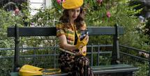 Emily in Paris menjadi salah satu serial Netflix yang dinantikan kehadirannya. Lily Collins sebagai karakter utama memiliki penampilan fashion yang sangat chic.   (Foto: Netflix)