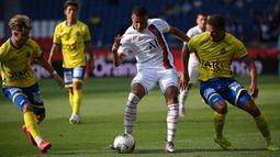 Penyerang PSG, Kylian Mbappe, berebut bola dengan pemain Waasland-Beveren pada laga uji coba di Parc des Princes Stadium, Sabtu (18/7/2020) dini hari WIB. PSG menang telak 7-0 atas Waasland-Beveren. (AFP/Anne-Christine Poujoulat)