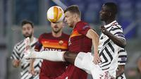 Bek Manchester United, Eric Bailly (kanan) berebut bola dengan striker AS Roma, Edin Dzeko dalam laga leg kedua semifinal Liga Europa 2020/2021 di Olimpico Stadium, Roma, Kamis (6/5/2021). Manchester United kalah 2-3 dari AS Roma. (AP/Alessandra Tarantino)