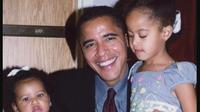 Malia dan Sasha dipangku Barack Obama. (dok. Instagram @michelleobama/https://www.instagram.com/p/BVfDfC_gnAe/Dinny Mutiah)