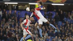Bek Chelsea, David Luiz, duel udara dengan pemain Slavia Praha, Peter Olayinka, pada laga leg kedua perempat final Liga Europa di Stadion Stamford Bridge, Kamis (18/4/2019). Chelsea menang 4-3 atas Slavia Praha. (AP/Matt Dunham)