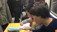 Sebuah video yang menunjukkan seorang anak laki-laki yang mengerjakan pekerjaan rumahnya di kereta memicu kemarahan warganet