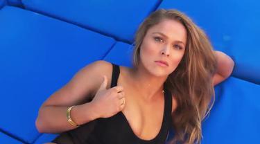 Ronda Rousey idola di UFC yang baru saja mengalami kekalahan dari Holly Holm pernah menjalani pemotretan dalam busana seksi di pantai bersama Sports Illustrated.